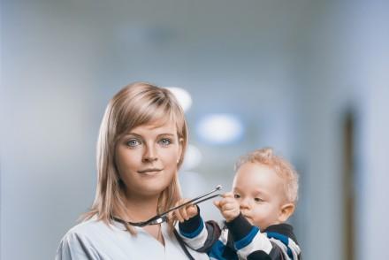 Krankenschwester Isabell Ebert, die nach ihrem Mutterschutz seit Januar in der Chirurgischen Klinik arbeitet, und Söhnchen Anton stehen vor einer großen Herausforderung. Der Tarifvertrag 'Beruf und Familie' leistet bei der Bewältigung dieses Spagats einen Beitrag.