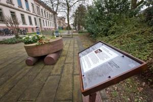 Neben dem Mahnmal, auf dem die Namen der Opfer eingraviert sind, erinnert auch eine Gedenktafel an die Opfer.